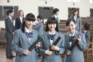卒業証書を持つ女子校生の写真素材 [FYI02931773]