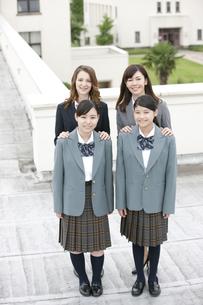 笑顔の女子校生と先生の写真素材 [FYI02931775]