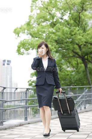 マスクをして歩くビジネスウーマンの写真素材 [FYI02931782]
