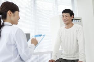 女医と男性患者の写真素材 [FYI02931790]