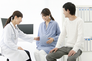 女医と夫婦の写真素材 [FYI02931810]