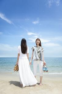 海辺にいる女性2人の写真素材 [FYI02931812]