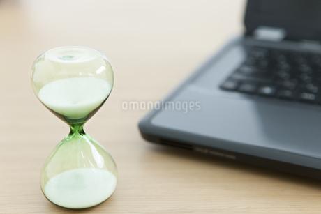 砂時計があるデスクイメージの写真素材 [FYI02931814]