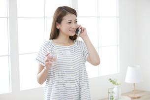 スマートフォンで電話する女性の写真素材 [FYI02931831]