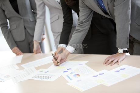 打ち合わせをするビジネスグループの手元の写真素材 [FYI02931844]