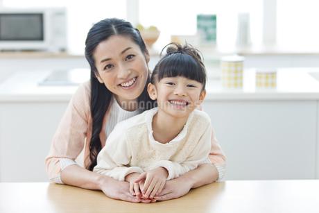 笑顔の女の子と母親の写真素材 [FYI02931865]