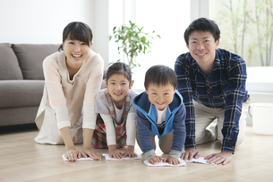 床を拭く家族4人の写真素材 [FYI02931886]