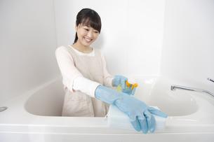 お風呂を掃除する女性の写真素材 [FYI02931887]