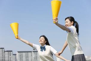 メガホンを持って応援する女子校生2人の写真素材 [FYI02931907]