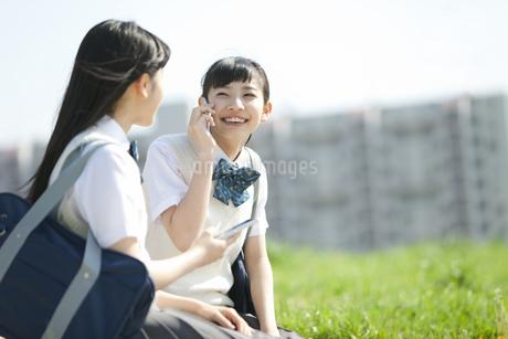 スマートフォンで通話する女子校生の写真素材 [FYI02931911]