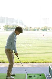 ゴルフをする男性の写真素材 [FYI02931922]