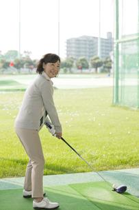 ゴルフをする熟年女性の写真素材 [FYI02931923]