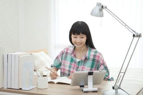 部屋で勉強している女の子の写真素材 [FYI02931936]