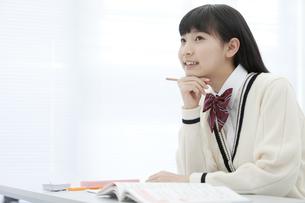授業を受ける女子校生の写真素材 [FYI02931940]