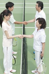 テニスコートで握手する男女4人の写真素材 [FYI02931957]