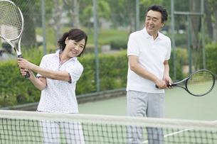 テニスをする中高年カップルの写真素材 [FYI02931962]