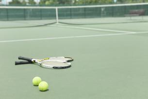 テニスラケットとボールの写真素材 [FYI02931967]