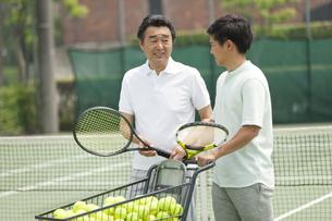 テニスをする男性2人の写真素材 [FYI02931968]