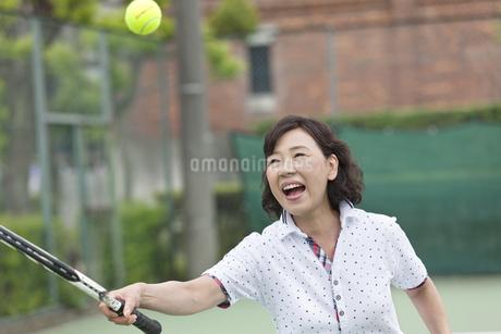 テニスをする中高年女性の写真素材 [FYI02931970]