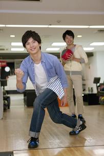 ボウリングをする若者2人の写真素材 [FYI02931979]