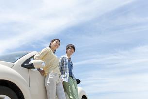 車と笑顔の男女の写真素材 [FYI02931995]