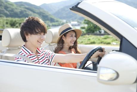 車に乗る男女の写真素材 [FYI02931997]