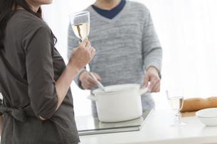 調理をする夫と妻の手元の写真素材 [FYI02932004]