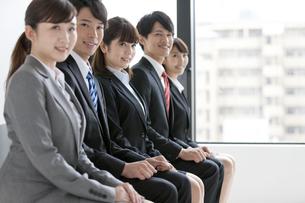 椅子に座る5人のビジネスマンの写真素材 [FYI02932042]