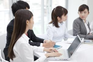 会議をする4人のビジネスマンの写真素材 [FYI02932043]
