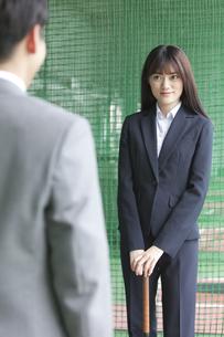 バッティングセンターにいるビジネス男女2人の写真素材 [FYI02932057]