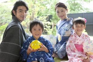 縁側に座る浴衣姿の日本人家族の写真素材 [FYI02932077]