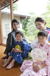 縁側に座る浴衣姿の日本人家族の写真素材 [FYI02932078]