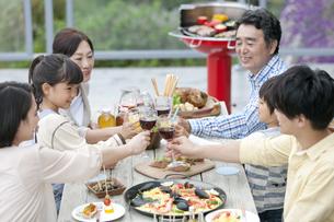 テラスで食事する3世代家族の写真素材 [FYI02932088]