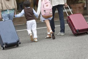 ホテルに向かう4人家族の写真素材 [FYI02932103]