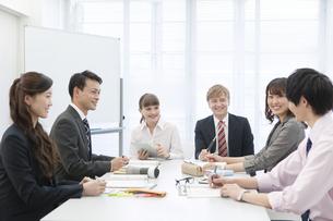 社内研修中のビジネス男女6人の写真素材 [FYI02932146]