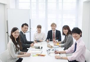 笑顔のビジネス男女6人の写真素材 [FYI02932148]