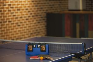 卓球台とラケットの写真素材 [FYI02932157]