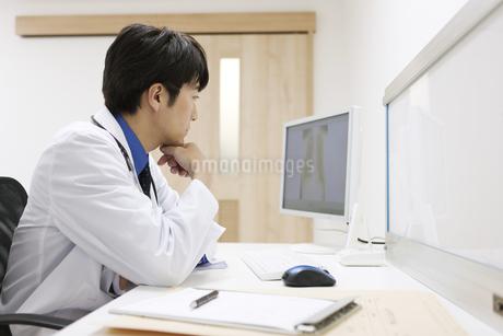 パソコンを見る医師の写真素材 [FYI02932162]