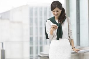 スマートフォンを見るビジネスウーマンの写真素材 [FYI02932190]