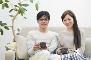 ソファーに座る夫婦の写真素材 [FYI02932196]