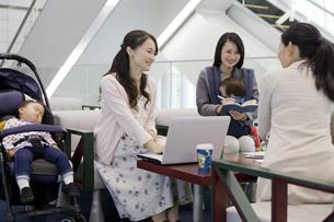 子連れでミーティングをする女性の写真素材 [FYI02932210]