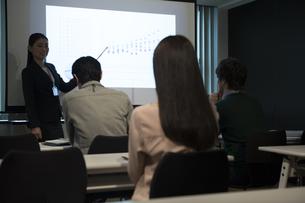 会議をするビジネス男女の写真素材 [FYI02932218]