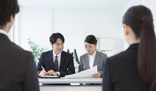 面接するビジネス男女の写真素材 [FYI02932239]