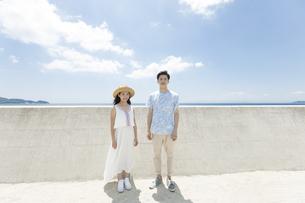 防波堤の前に立つカップルの写真素材 [FYI02932273]
