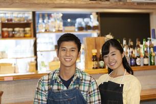 カフェで働く男女の店員の写真素材 [FYI02932310]