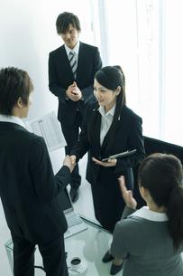 握手するビジネスマンとビジネスウーマンの写真素材 [FYI02932330]
