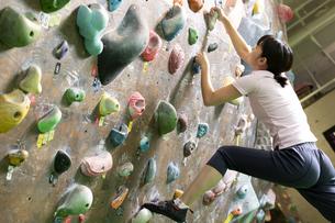 ボルダリングをする女性の写真素材 [FYI02932338]