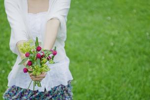 花束を差し出す女性の写真素材 [FYI02932414]