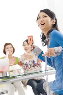 シャンパングラスを持つ笑顔の女性の写真素材 [FYI02932419]