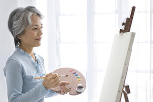 絵を描くシニア女性の写真素材 [FYI02932426]
